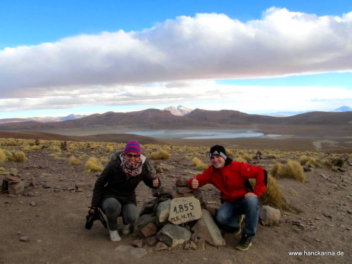 wir auf 4855 Metern, im Hintergrund: Vulkan Uturuncu