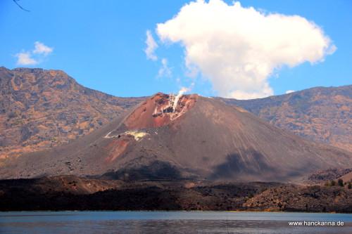 Kratersee mit Vulkan