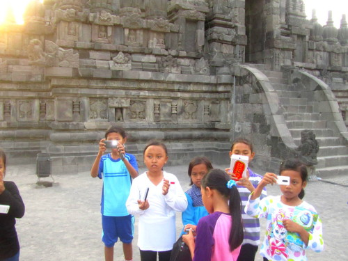 Prambanan, fotografierende Kindermeute