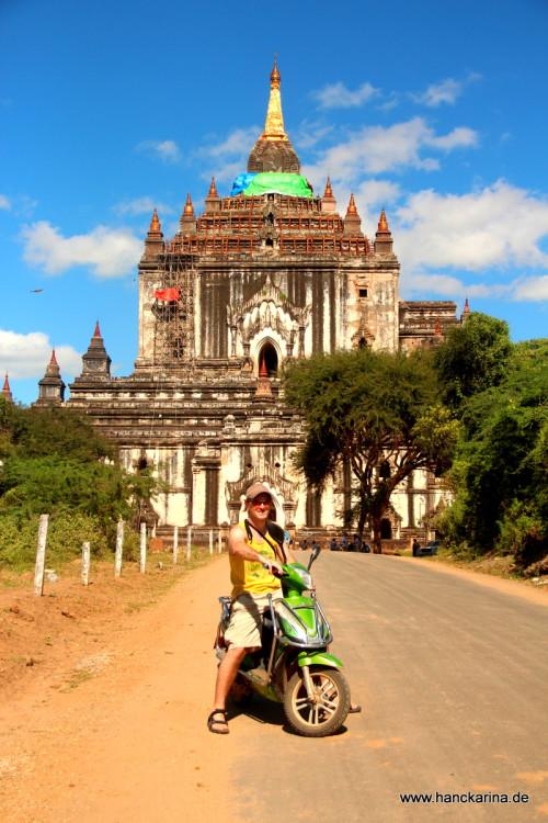 Auf dem E-Bike vor einem Tempel